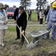Naèelnik opæine Zdenci Tomislav Durmiæ u trenutku polaganja kamena temeljca za izgradnju kuæe oproštaja u Kutovima